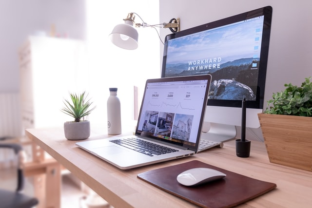 Devenir nomade digital grâce à un blog. Ordinateur ouvert sur une table en bois.