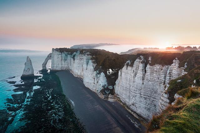 falaises etretat à voir lors d'un road trip en France