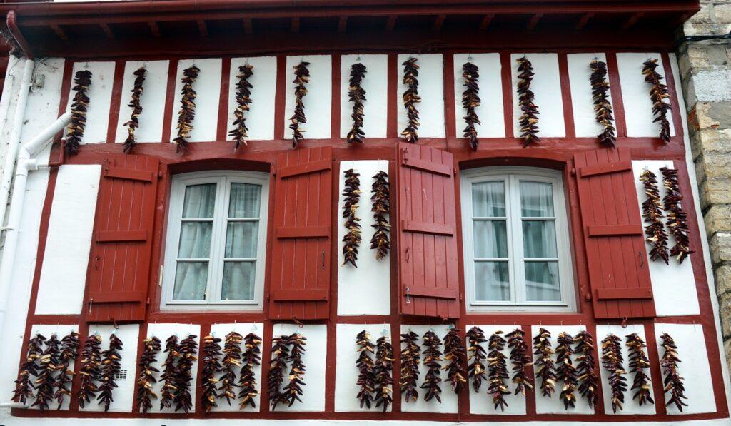façade des maisons dans le pays basque avec du piment d'espelette