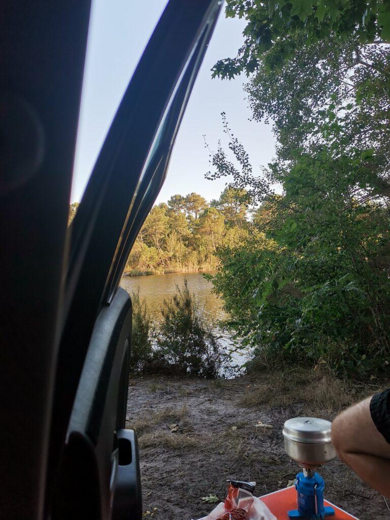 spot au bord d'un lac pour le dernier soir de ce road trip d'un mois en France