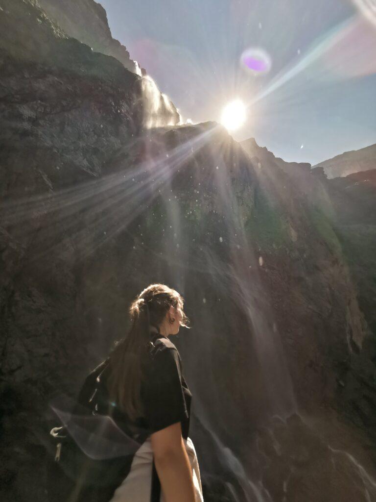 johanna au pied de la grande cascade du cirque de gavarnie