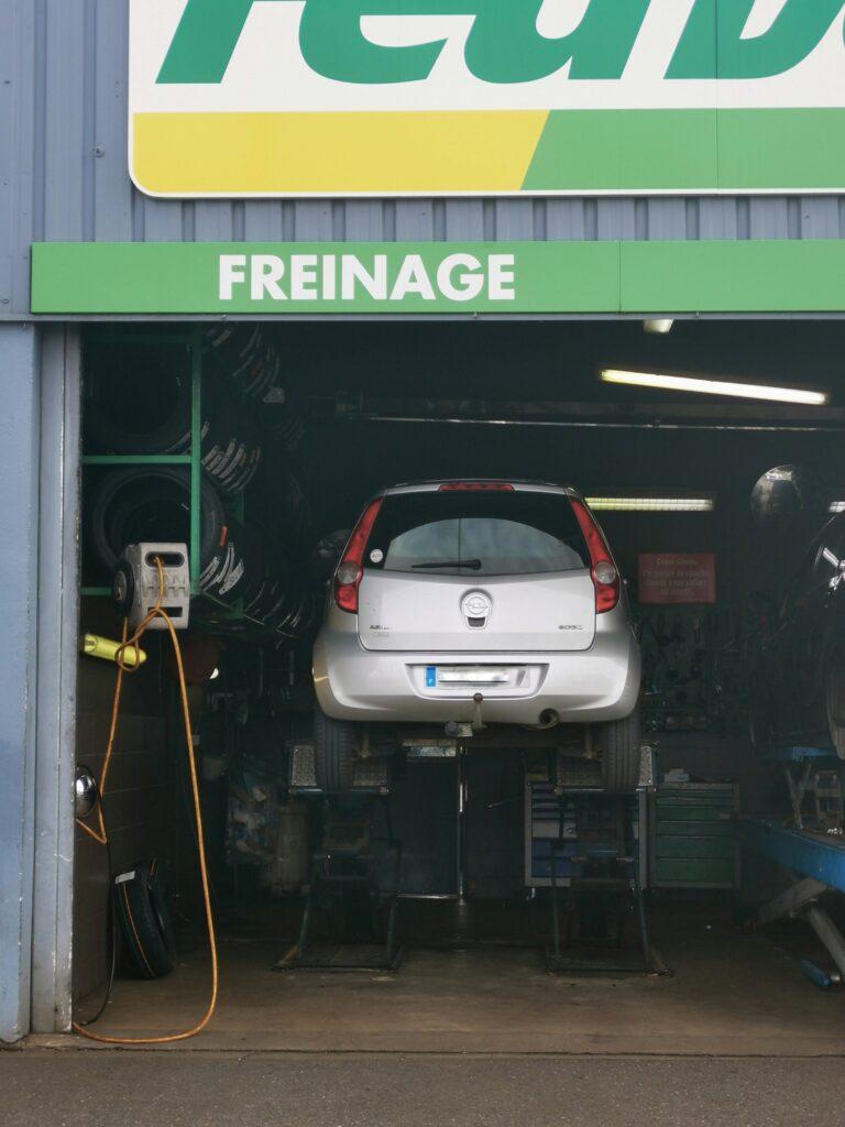 la voiture chez le garagiste