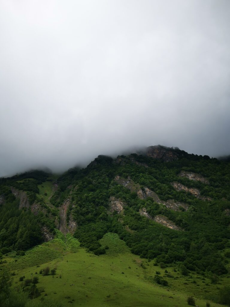 montagne nuage et lac d'oo
