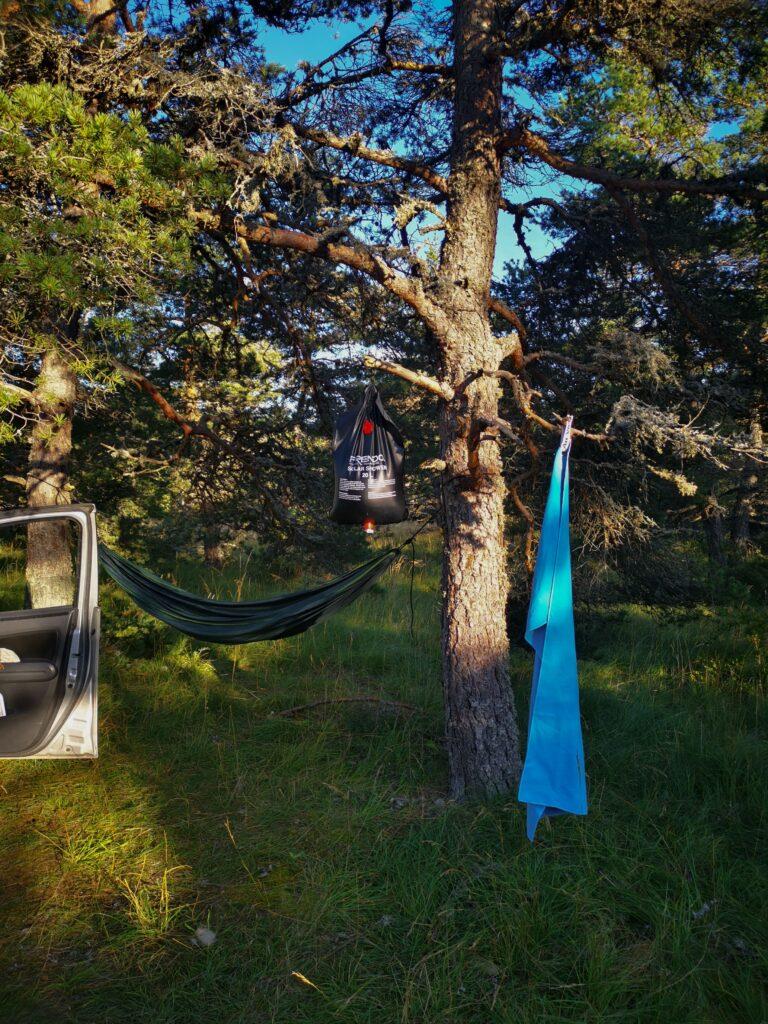 douche et hamac dans la forêt pour se détendre lors d'un road trip